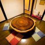 丸テーブルで寛ぐ個室