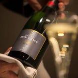 ボトルワインは2900円から、グラスワイン各500円からご用意。