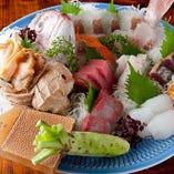 「お刺身盛り合わせ」鮮度が良いからこその食感や美味しさをぜひ味わっていただきたい一皿。能登や北海道より直送で仕入れる自慢の鮮魚をぜひご賞味ください。