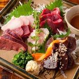 「久留米直送馬刺し」肉質は程よいサシが入り、鮮やかな深紅の色合い。口に入れるとほんのりとした甘味、牛肉のような強い旨味、さっぱりとした後味が◎