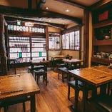 古民家をリノベーションした雰囲気のある店内は、ゆったりと寛げる空間。1階のテーブル席は、最大18名様でご利用が可能です。ご友人や会社仲間との一杯からご宴会まで様々なシーンでご利用いただけます。