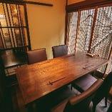 富士の窓枠が印象的な気品ある空間の完全個室。最大4名様までご利用いただけます。
