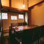プライベート感のある完全個室のお部屋は、ご接待や会食などのお食事におすすめのお席です。和の趣が感じられる落ち着いた雰囲気は、居心地がよく、ゆっくりとお食事や会話をお愉しみいただける空間。