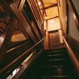 古い窓枠や箪笥などの設えが、どこか懐かしさを感じる古民家ならではの情緒溢れる雰囲気。