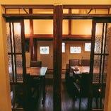 2部屋の個室をつなげて最大12名様でもご利用いただけます。企業様のご宴会など少人数でのお集まりにおすすめの空間です。