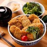 「馬鹿カツ丼」久留米産馬肉と蝦夷鹿のカツ丼。濃厚で旨みの深い肉を味わえます。こだわりの無添加ソースとともにお召し上がりください。