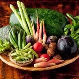農家から仕入れる新鮮野菜。その時期、最も旬な野菜を厳選仕入れ。また、東京周辺で伝統的に生産されていた『江戸野菜』も国分寺の農家より仕入れております。