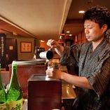 「お燗番が付ける燗酒」お酒の種類やお料理に合わせ、それぞれ温度を変えながらご提供いたします。一本一本丁寧に、最適なタイミングで燗をつけます。
