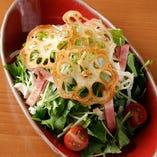 新鮮な野菜を使用したサラダの数々。