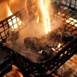 炎で一気に焼き上げる名物の炙り焼き