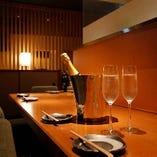 カウンター席は仕事帰りの一杯からデートまで利用シーンは様々。