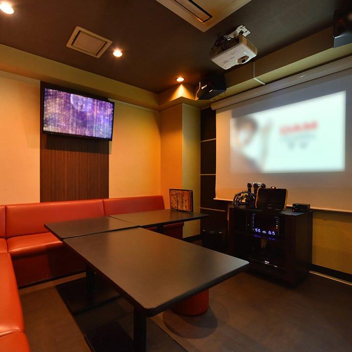 大型プロジェクタースクリーン完備の豪華なお部屋もございます