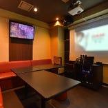 大型スクリーン付きカラオケルーム