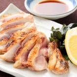 新鮮な鳥肉を使用した 鳥タタキは人気の一品。