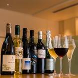 常時19種類のワインやシャンパンを取りそろえています。グラスやボトルでも楽しめます