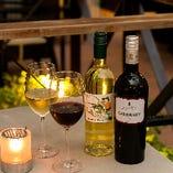テラス席でキャンドルの灯りとともに楽しむワイン
