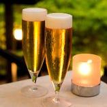 ビールのおいしい季節には、涼しいテラス席でのどをうるおせます