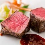 アンガス牛のグリルはジューシーな味わいで大人気