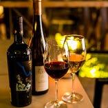 涼しいテラスで冷えたワインをお楽しみください
