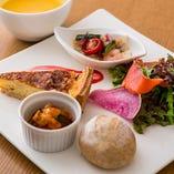 キッシュプレートはスープ、自家製パン、ドリンク付きです