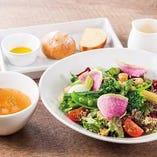 彩り野菜とひよこ豆、キスアのサラダボウル。自家製すりおろし野菜のドレッシングでどうぞ