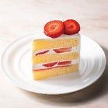 ふんわりスポンジとシャンティクリームの中に苺を散りばめた、味わい豊かなショートケーキ