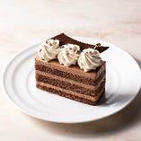 クリームも生地もふんわりと軽い口どけのショコラづくしのケーキ。