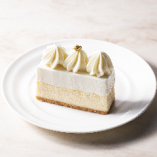 口どけのよいベイクドチーズケーキと軽い触感のレアチーズ、2層仕立てのミルキーなチーズケーキ。