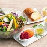 彩り野菜とキヌアのサラダボウル(自家製すりおろし野菜のドレッシング)