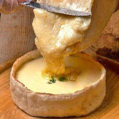 テラスでしか味わえない、悪魔的コラボ!『シカゴピザ×ラクレットチーズ』