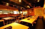 店内の照明は暖色系 落ち着いてお食事をお楽しみ頂けます