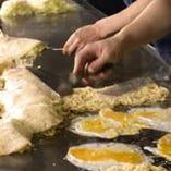 ◆みっちゃんの極意(生地)◆キャベツの美味しさを引き出すには、生地の味が主張しすぎてもダメ。小麦粉と水だけで、あえてシンプルに仕上げる。昔の味を偲んでの『みっちゃん』のこだわりです。