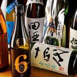 鶏料理とご一緒に店主自らセレクトした日本酒やワインを味わう。