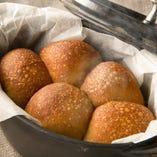 ダッチオーブンで焼いた全粒粉の自家製パン