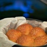 [自家製きパン] 窯で焼きたての全粒粉のパンが全コースに!