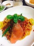 本日のパスタ 例「スモークサーモンとバジルとトマトのスパゲッティ」