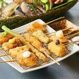 【ランチ・ディナー】「冬の海の幸、里の幸 串揚げコース」(3,500円・税込) 冬の味覚の串揚げは、海老、豚バラ、鯵しそ、鯛、大和牛、鶏チーズ、南瓜など、厳選した海の幸・里の幸が12種。生でも食べられる新鮮な魚介、奈良県産の野菜など、料理長こだわりの食材を使っています。