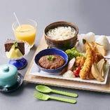 【お子様メニュー】ハンバーグや海老フライなど、お子様に人気のメニューを料理長が愛情いっぱいに仕上げたお子様プレートA(¥1800)。
