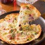 生地、トマトソースも自家製のピザ