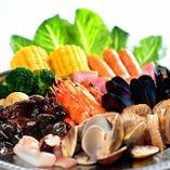 コースではムール貝や蟹、海老などの魚介中心にお肉もご用意