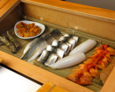 特注のネタケースは魚の下に秘密あり