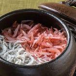 【醸すの四季釜飯】 旬の食材をふんだんに使用して炊き上げます