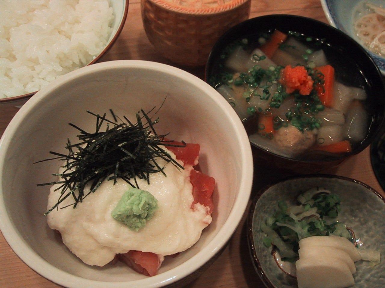 定番メニュー ◆まぐろ山かけ◆お野菜たっぷり小三平付