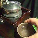 熱燗は「錫チロリ」で贅沢に・・・最適な温度等、スタッフにお尋ねください。