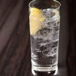 酒スプリッツァー レモン 英勲純米酒をトニックウォーターで割ってレモンを軽く絞った、新しい日本酒の楽しみ方です♪