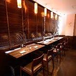 【ペア仕様のカウンター席】平日の窓際のお席は、2人でじっくり酒酌み交わすペア仕様。デートはもちろん、気の合うお仲間同士で日本酒談義に華が咲かせてください。