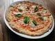 ピザはクリスピータイプです。マルゲリータは定番です。