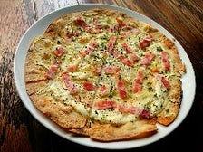 タルトフランベ・ベーコンと玉ねぎの白いおいしいピザ