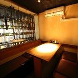柔らかな明かりが灯る温かみある空間。4~8名様個室が3部屋