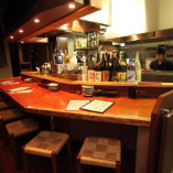 カウンター席はキッチンを覗ける、常連様で賑わう人気席。